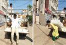 లాక్ డౌన్ సందర్భంగా కూరగాయల పంపిణీ నిమిత్తం బస్తాలను దింపుతూ